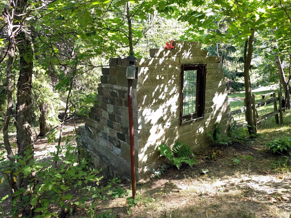 Small ruin on the side of the Filman Road trail